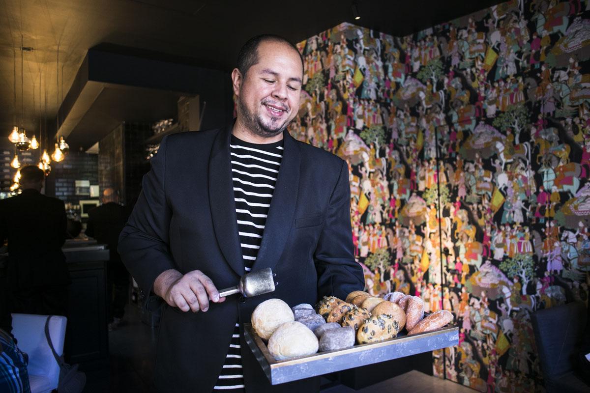 César sirve varios panes ecológicos, todos con masa madre ácida y semillas recolectadas en la huerta valenciana.