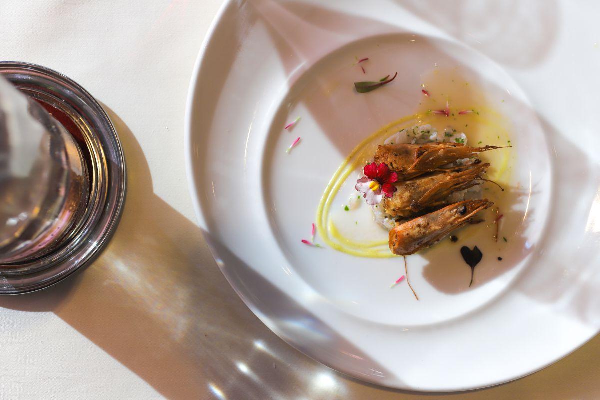 Ceviche de gamba blanca, un plato donde se encuentran Euskadi, Perú y Japón.