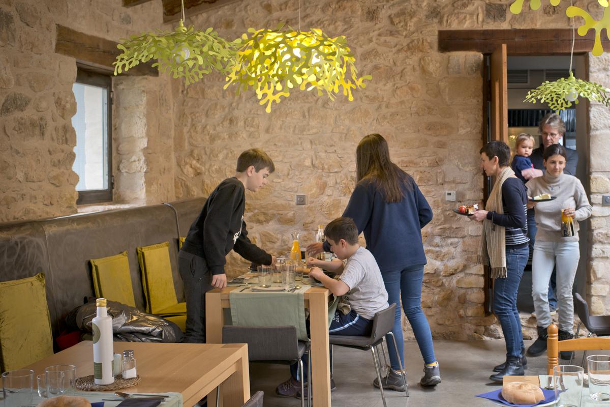El comedor en la antigua casa del ermitaño, donde el diseño actual casa con las vetustas piedras.