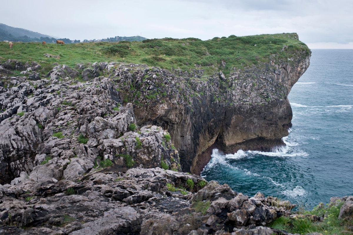 Los cabos rocosos marcan la costa y crean calas únicas. Foto: Sofía Moro.