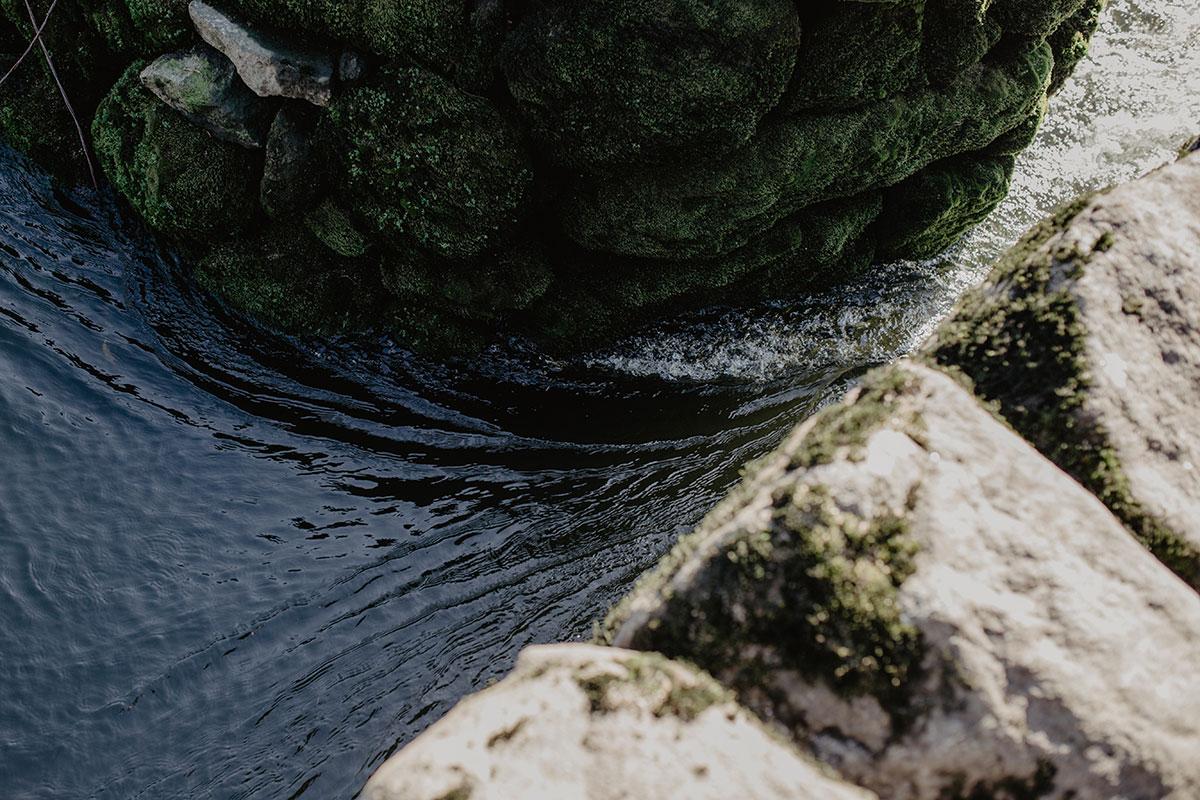 El agua pasa entre los dos muros y aquí es donde se engancha la red cónica, el 'biturón', amarrado con cadenas.