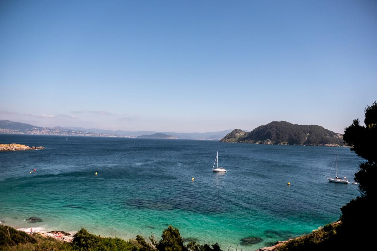 El camino al Faro da Porta discurre por la costa ofreciendo estos colores del agua.