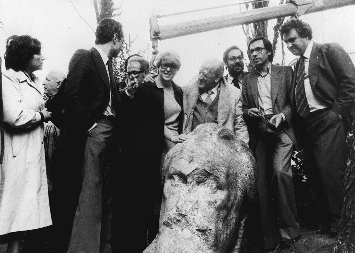Recuperando el busto de Pablo Iglesias en 1979. Foto: Efe.
