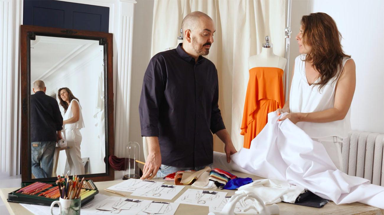 Juan Duyos y María Ritter en el estudio del diseñador probando tejidos.
