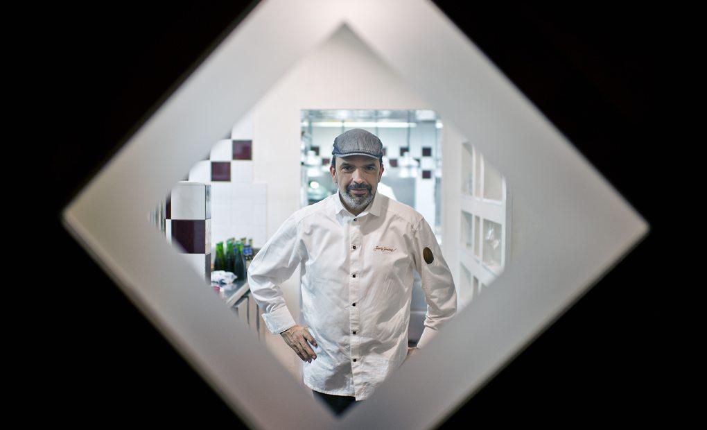 Jesús Sánchez tras la puerta que da acceso a su cocina