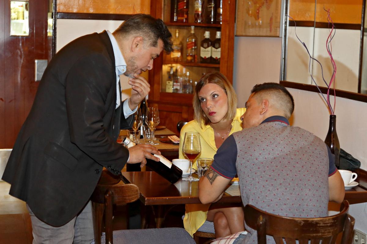 El sumiller Frank Trujillo explica uno de los vinos del maridaje japo-jerezano en el restaurante Matritum a una pareja de comensales, en Madrid.