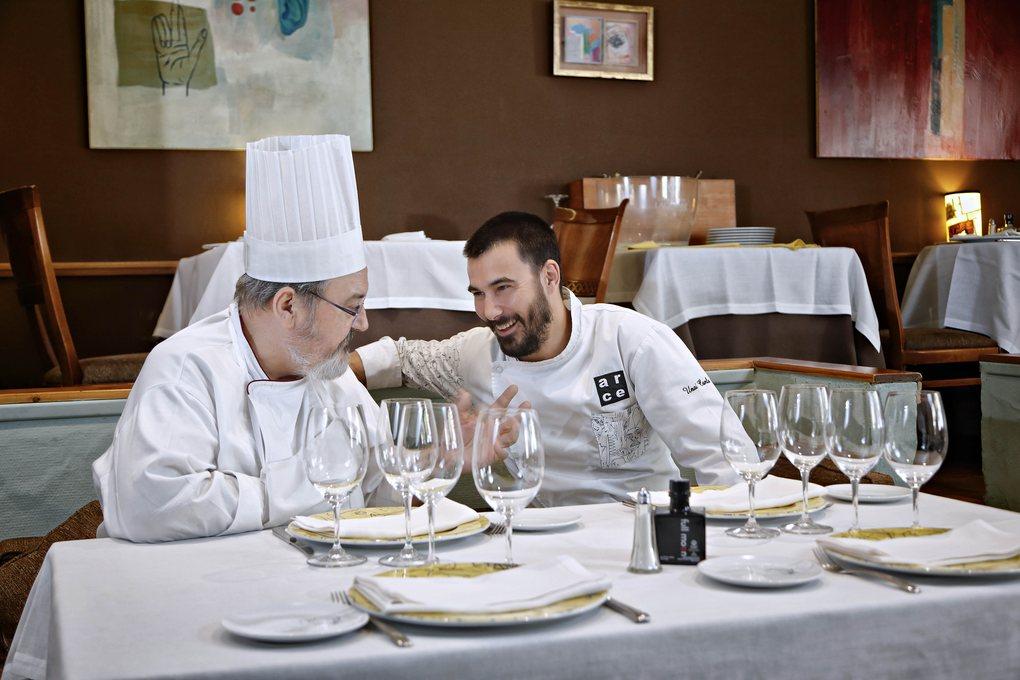 """Padre e hijo comparten la misma filosofía en la cocina: """"sacrificio, esfuerzo y buen servicio""""."""