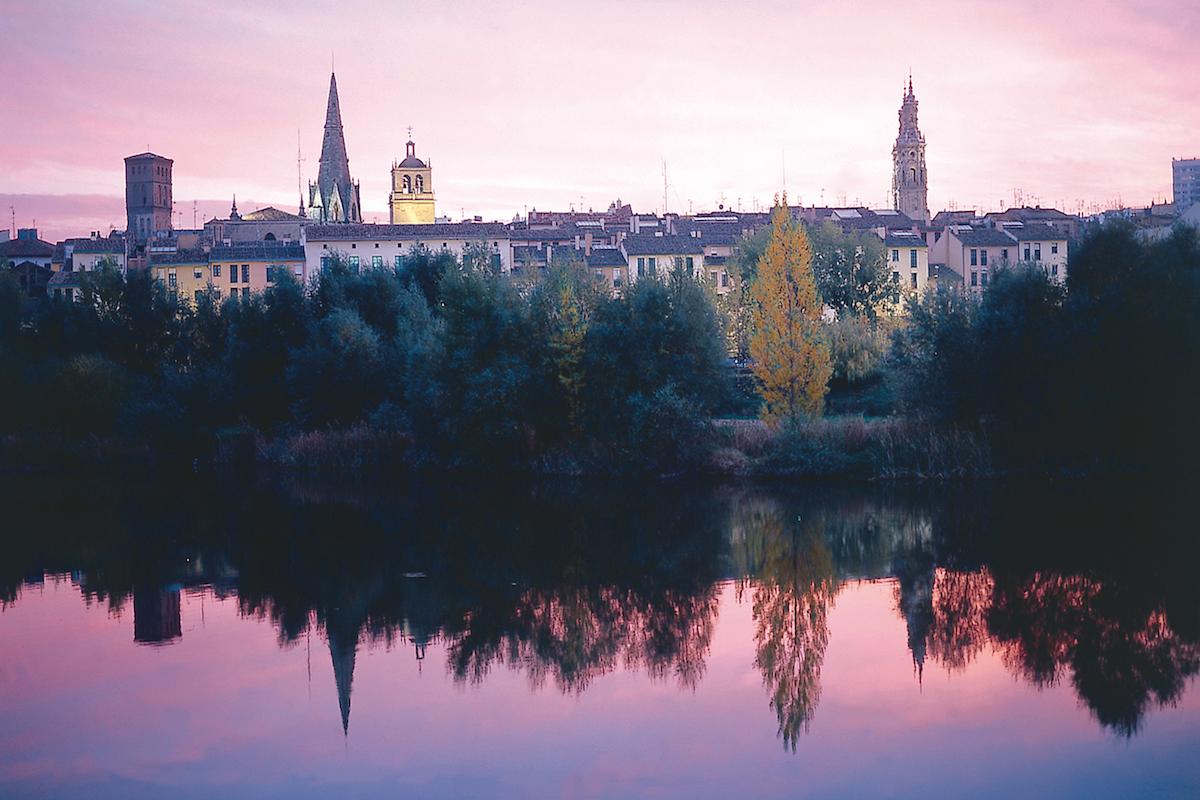 Logroño reflejado en el Ebro. Foto: La Rioja Turismo.