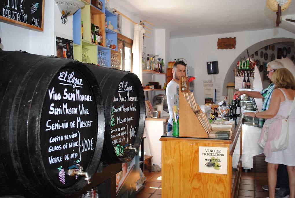 Venta de vino y productos típicos en 'El Lagar'.