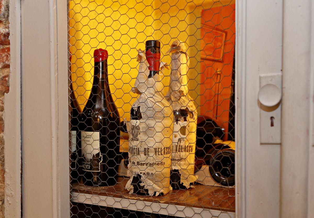 Una botella de manzanilla de Sanlúcar de Barrameda en una vitrina del restaurante 'Matritum', en Madrid.