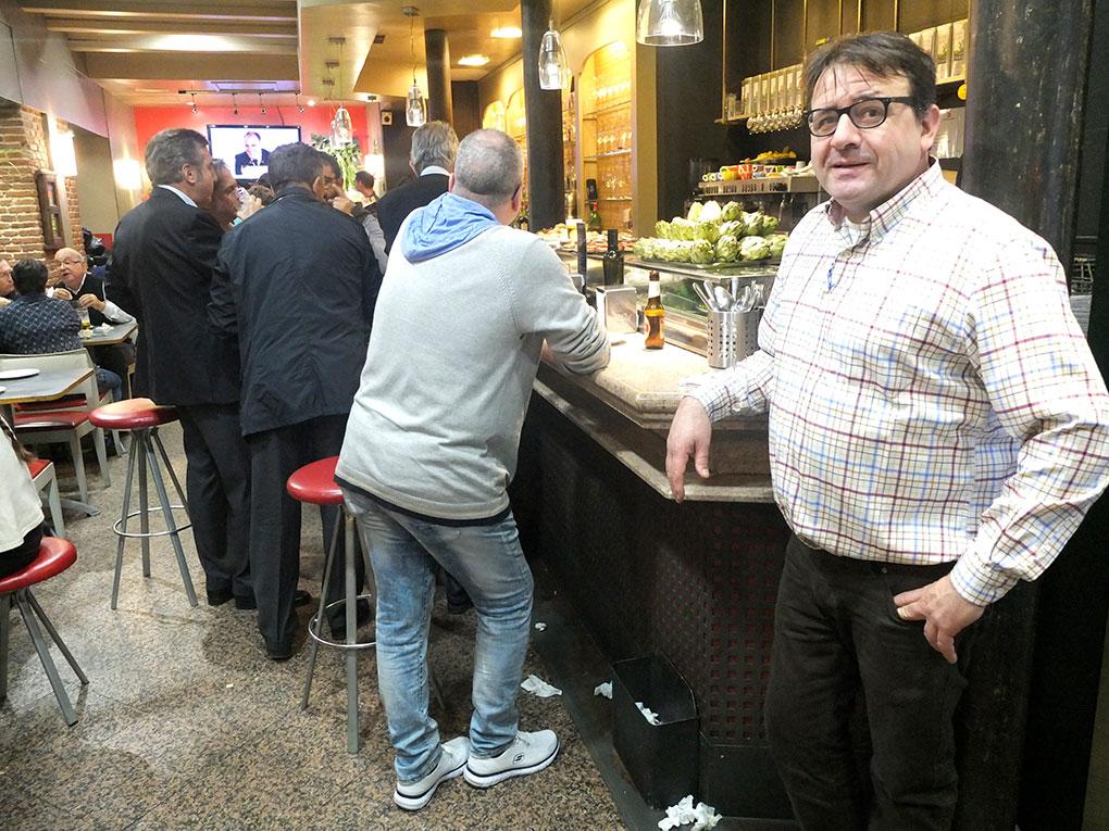 Paco García, junto a la barra siempre llena de su restaurante. Foto: Javier D. Murillo.