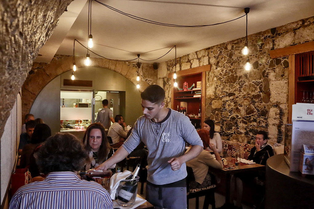 Las mesas están casi siempre llenas en comidas y cenas de martes a sábado.