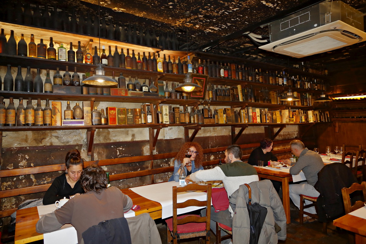 Las mesas del restaurante 'Casa Julián' y el ambiente en la sala.