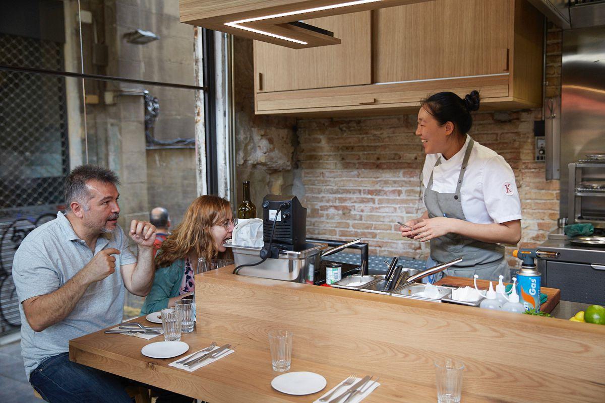 La chef china Shu Zhang conversa con los comensales en la barra del restaurante Direkte Boqueria, en Barcelona.