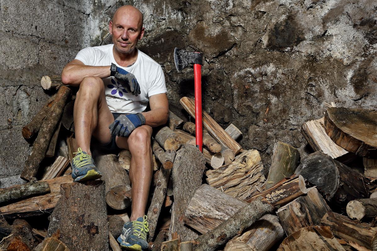 Isidro en el cobertizo de leña, donde cada semana corta con hacha sus maderas.