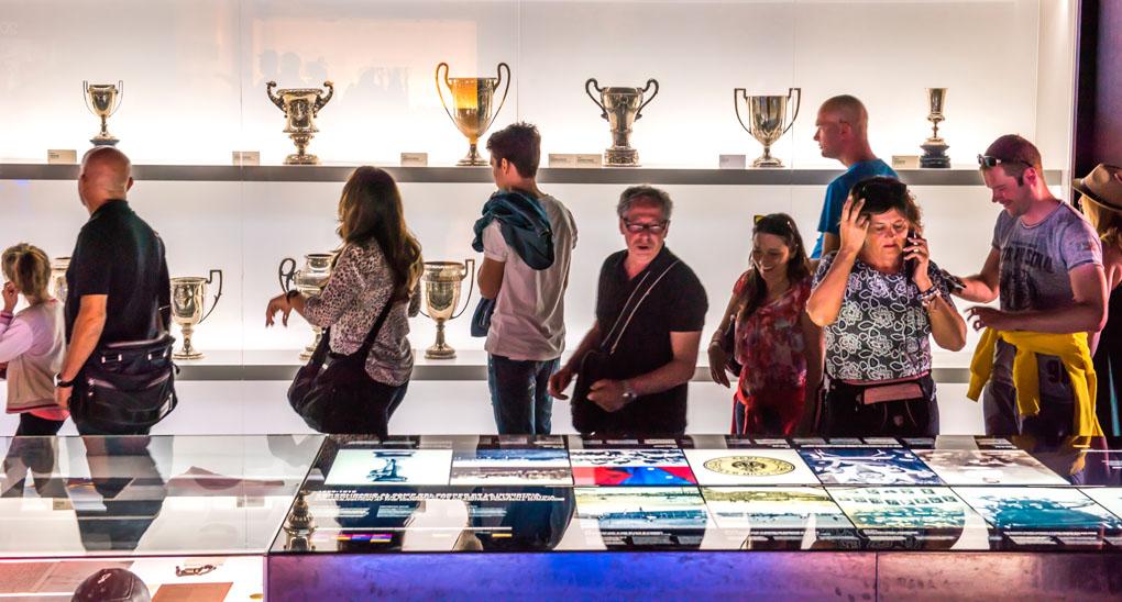 Así se lucen los trofeos en el Camp Nou. Foto: Resul Muslu. Shutterstock.