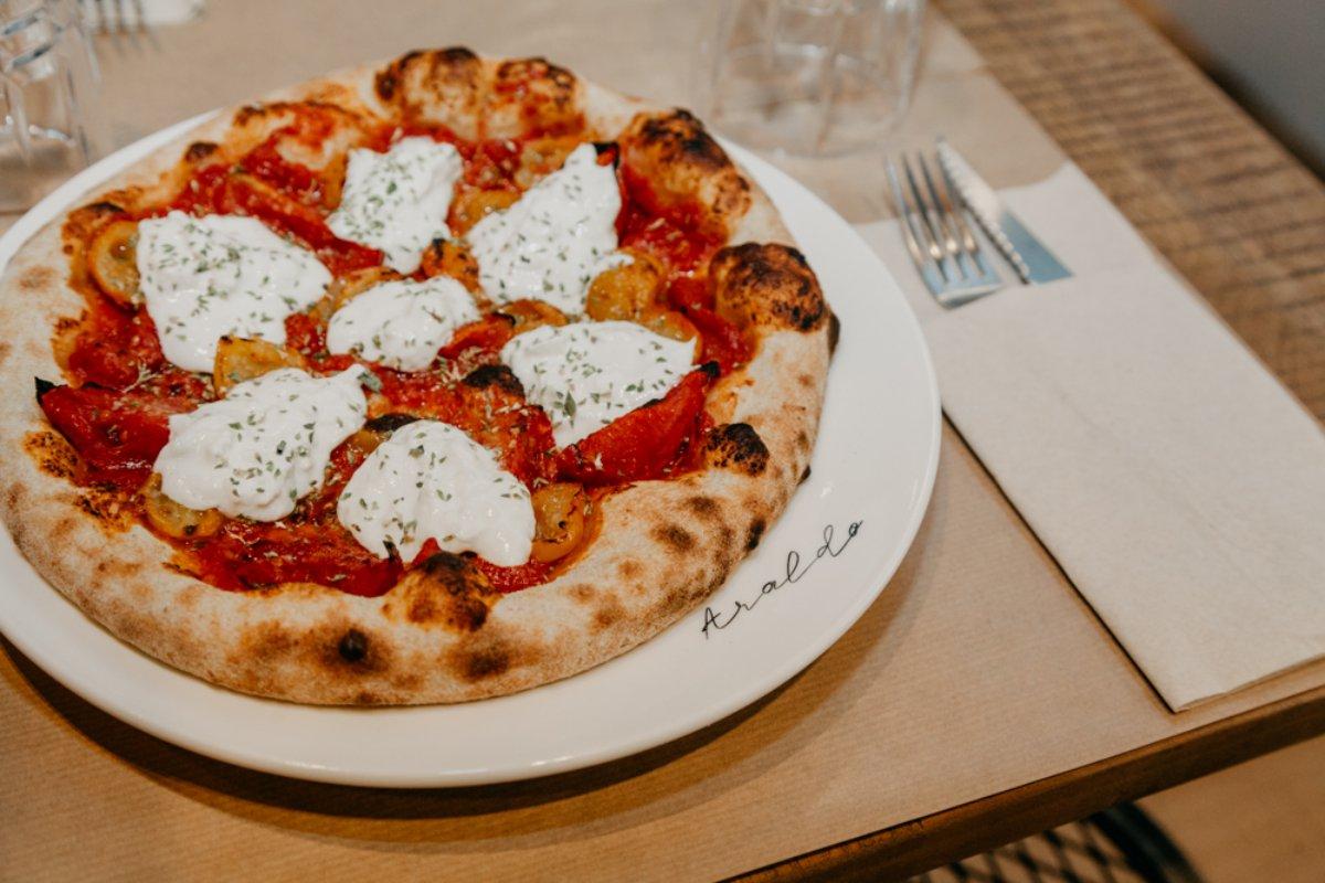 Las 'pizzas' de 'Araldo' son de larga fermentación y eso se nota en el resultado. Foto: Facebook.