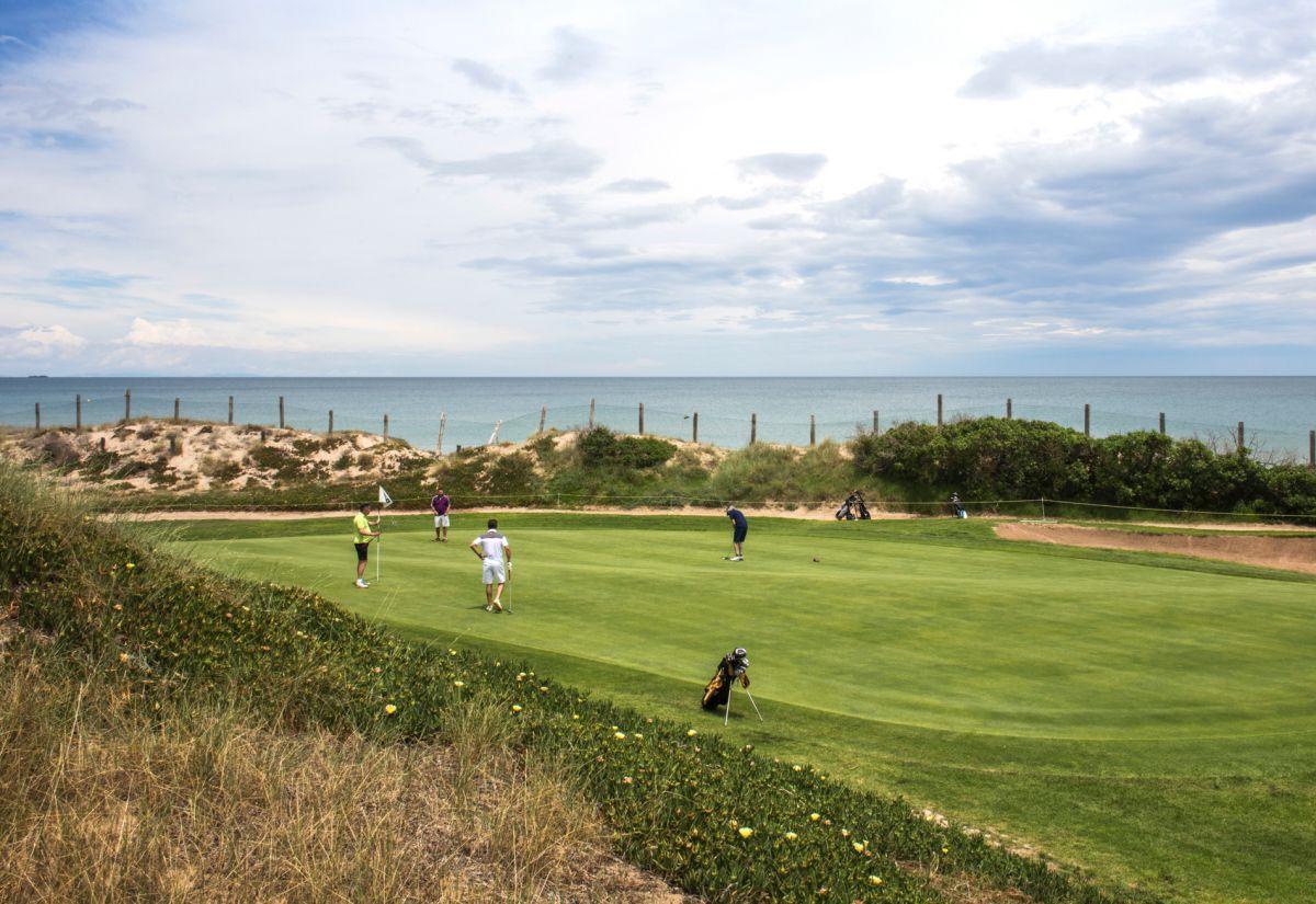 El campo de golf del Parador mira al mar.