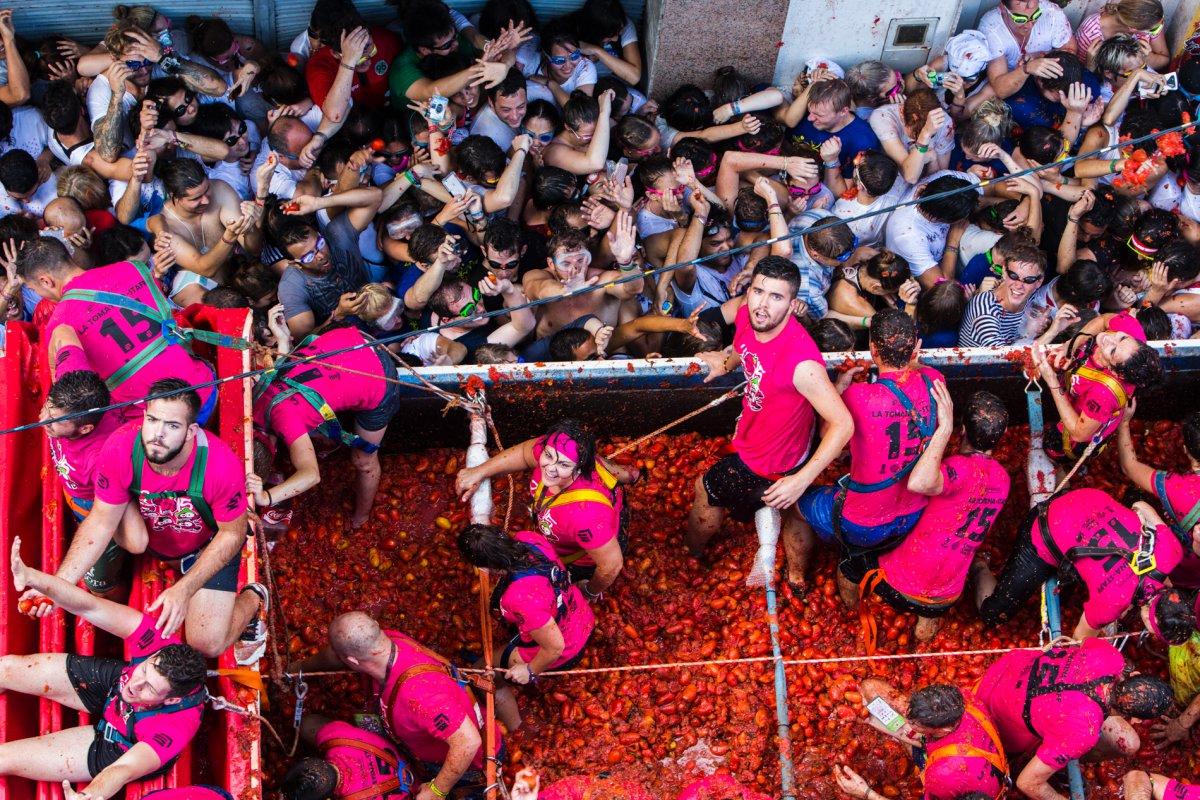 Desde el camión lanzan los tomates a todos los asistentes. El espectáculo está servido.