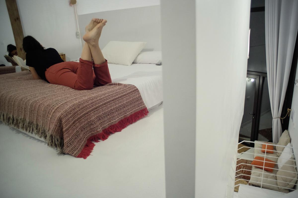 El blanco de la estancia y la escasez de muebles facilitan la desconexión y el descanso.