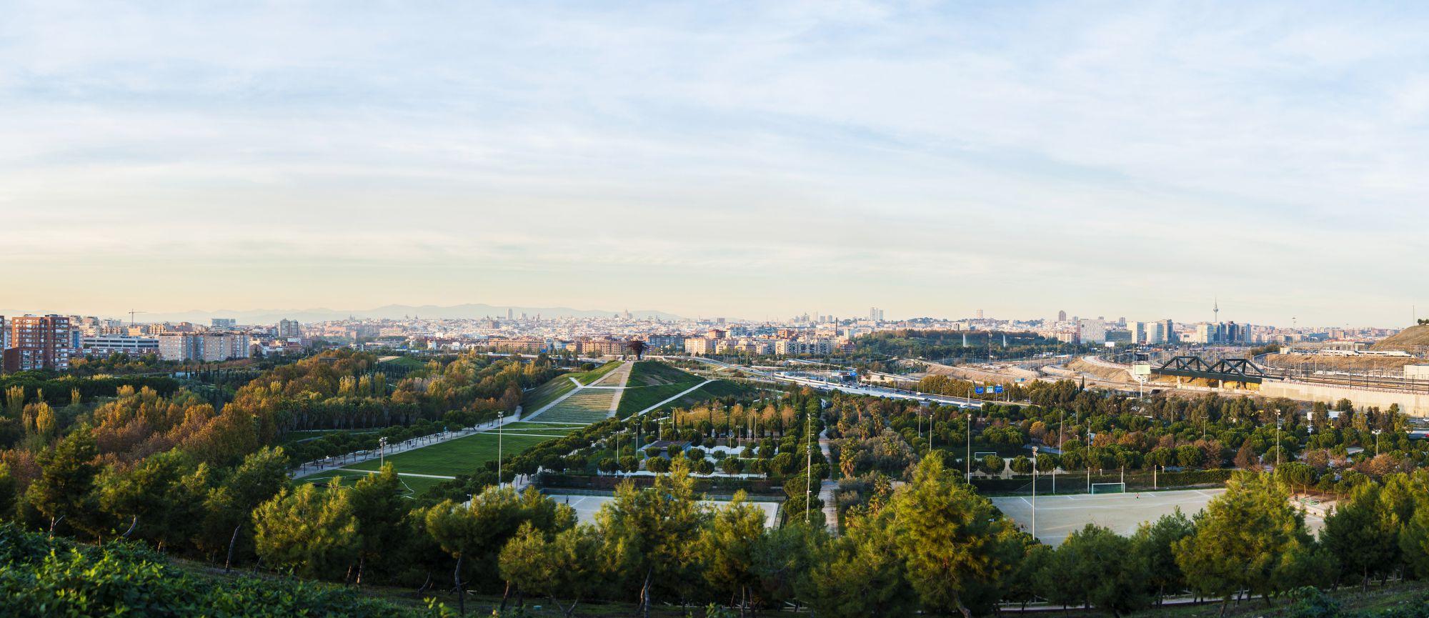 El skyline de Madrid desde el Parque Lineal del Manzanares.