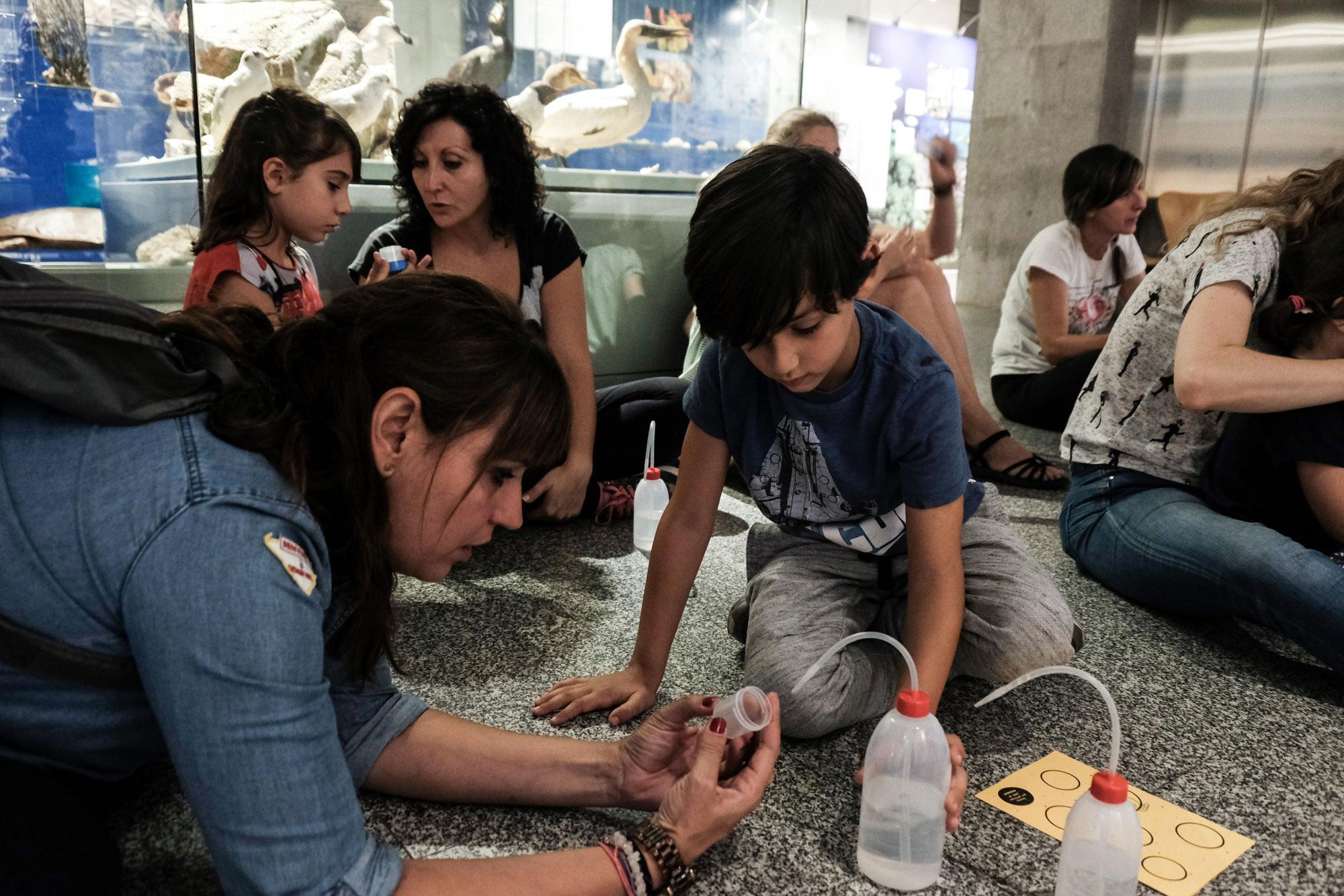 Madre e hijo se concentran para poder realizar con éxito una de las actividades propuestas.