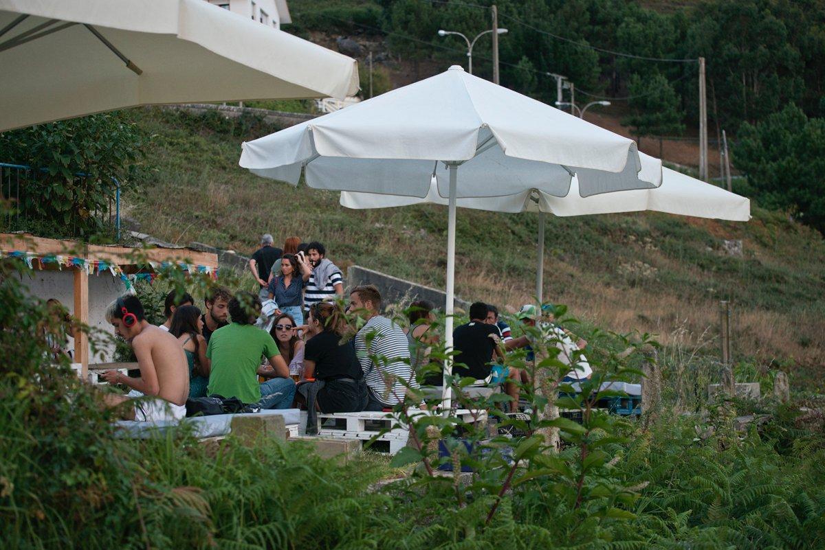 Chiringo do Fonforrón (Playa de Fonforrón): clientes en la terraza