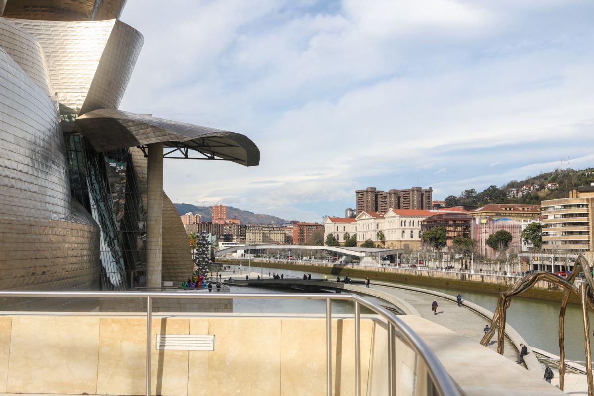 Vistas del Museo Guggenheim desde el restaurante Nerua, en Bilbao.