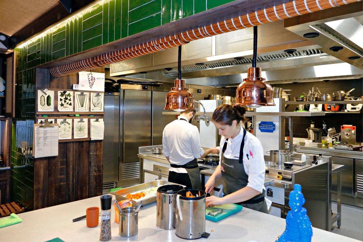 La cocina vista permite ver cómo preparan y emplatan cada uno de los platos del menú.