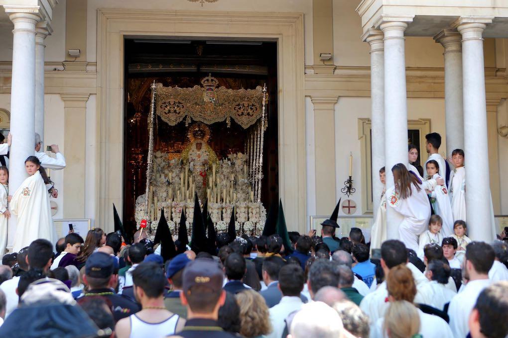 El palio de la Esperanza Macarena entrando en su basílica en la mañana del Viernes Santo. Foto: Ayuntamiento de Sevilla