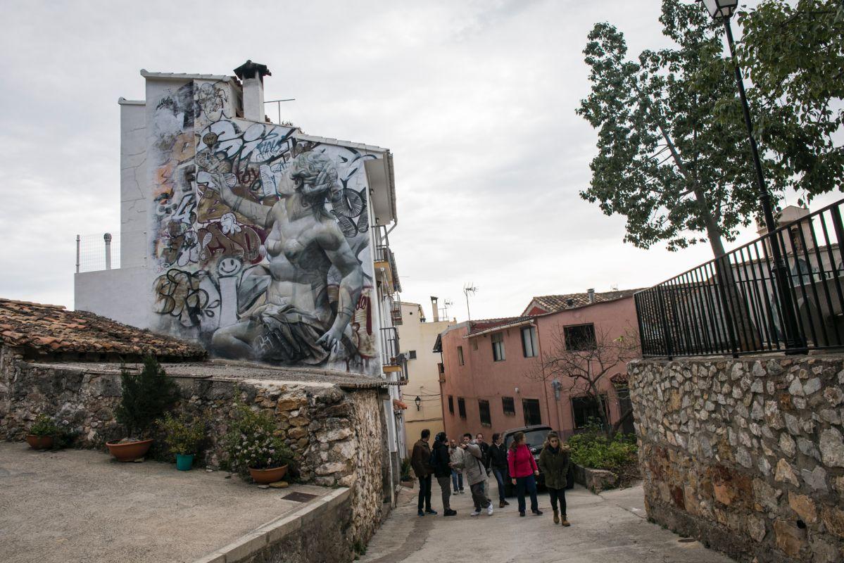 Los artistas PICHI & AVO cambiaron el soporte de las estatuas griegas para instalarlas en las fachadas de Fanzara.