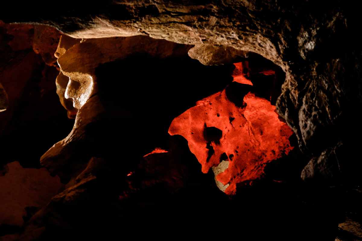 La Cara del Diablo es la única formación de la cueva iluminada en rojo. ¡Imposible no verla!