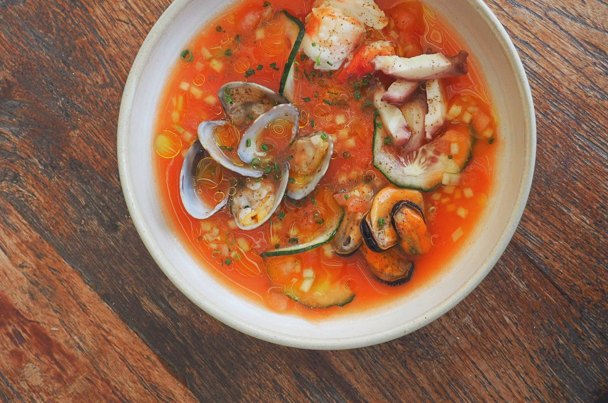Sopa fría de tomate y marisco. Foto: Facebook.
