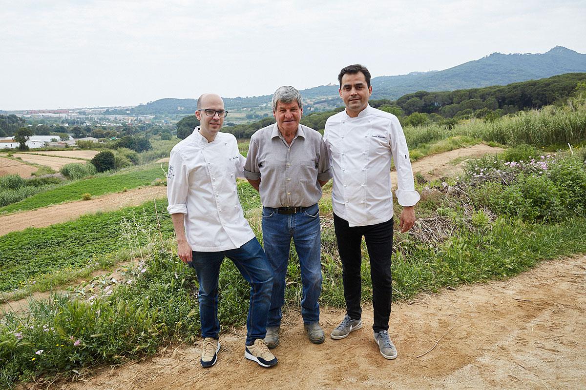 Los chefs Luis Antonio Llamas y David Romero (jefe) con Josep Cabrafiga, el payés que cuida del huerto.