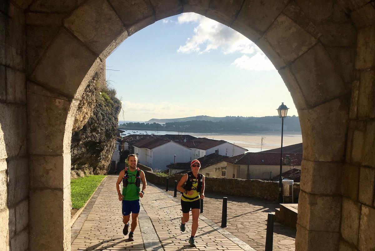 Corriendo para realizar la subida al Castillo de San Vicente de la Barquera. Foto: Guillermo Calvo.