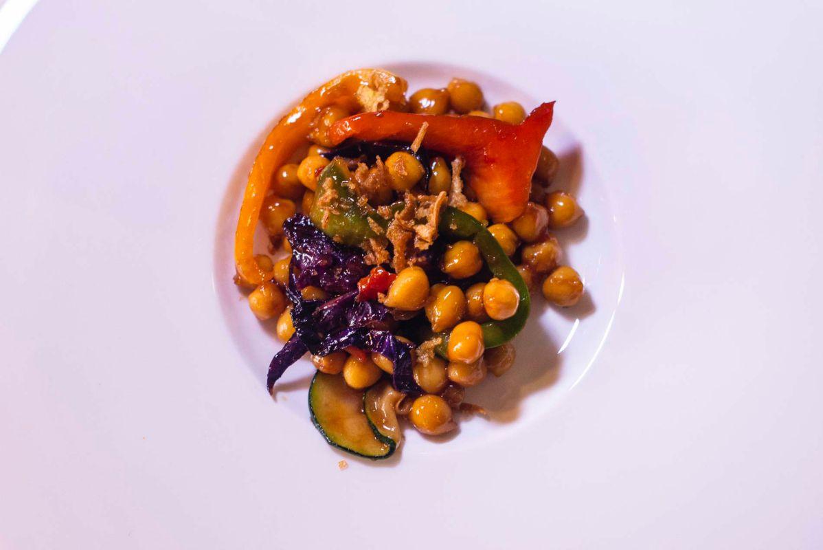 Plato de wok de garbanzos salteados con verdura, de 'La Trangantúa', en el Barrio de las Letras, Madrid.