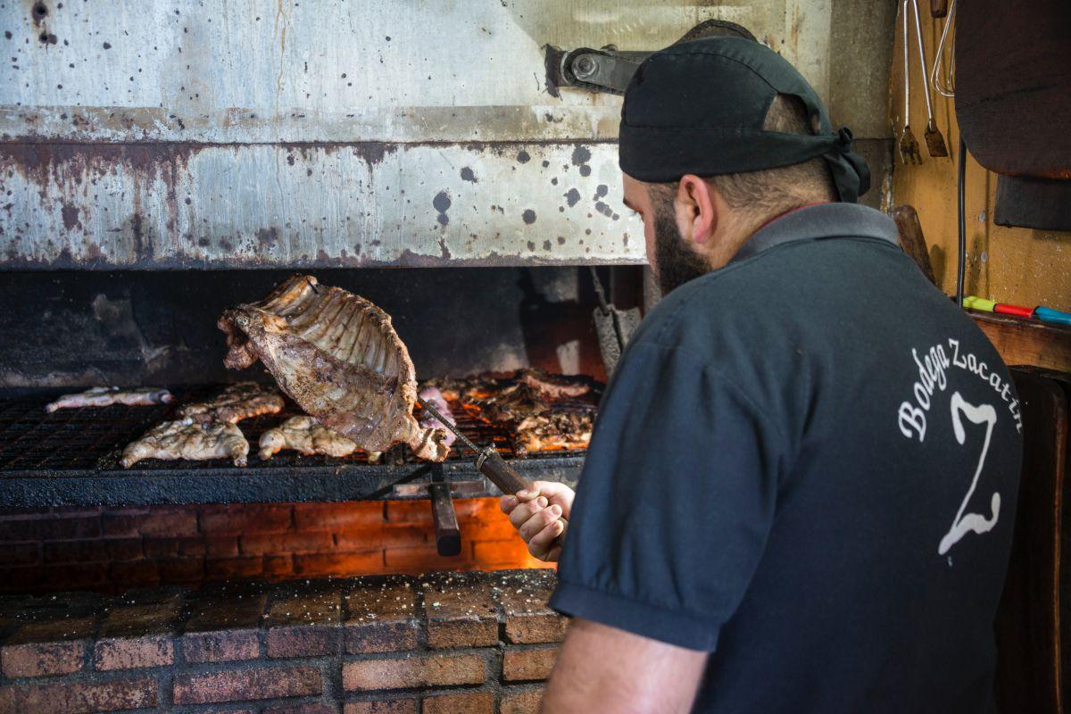 Asando el costillar de cerdo, o churrasco, en el guachinche Bodega El Zacatín, en Tenerife.