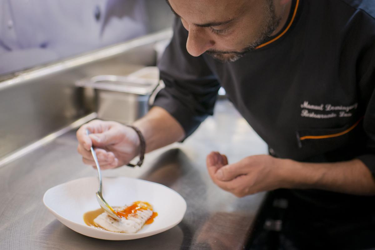 Manuel monta en la cocina su deseada raya con ajada.