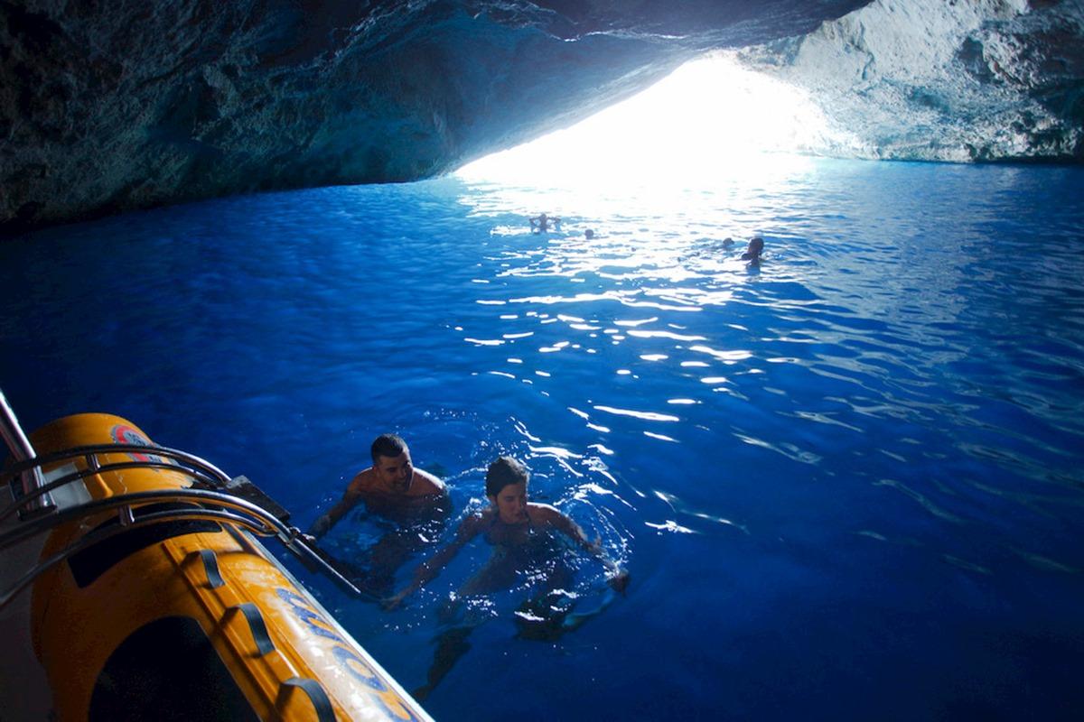 Los 20 metros de profundidad hacen de Sa Cova Blava un lugar perfecto para el buceo. Foto: Agestock.