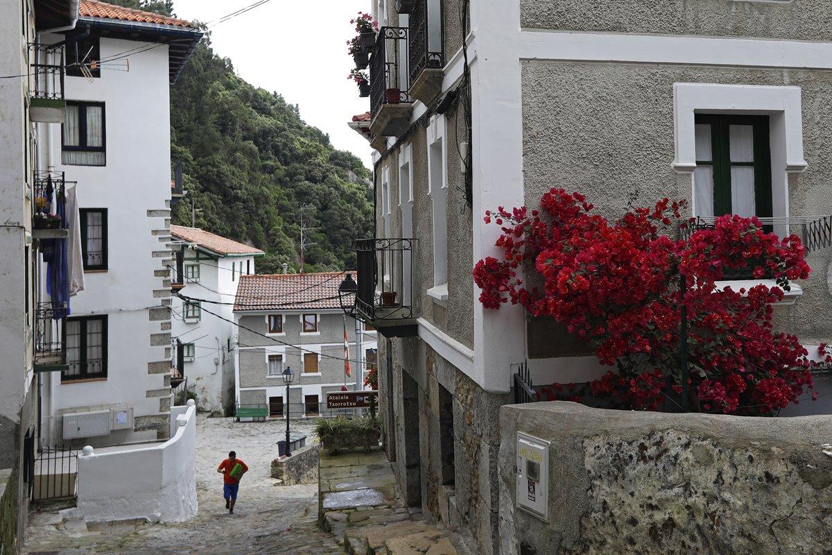 Calles empinadas y paredes blancas configuran las vistas de Elantxobe.