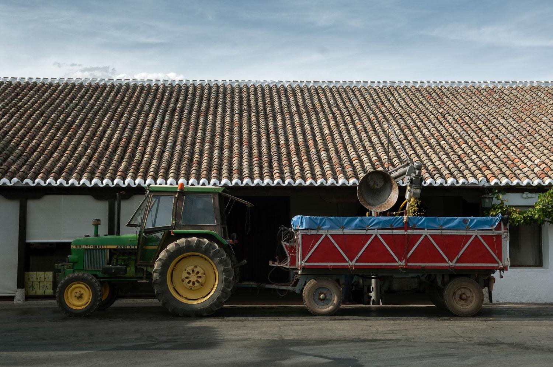 El tractor listo para trabajar, en Bodegas Naranjo.