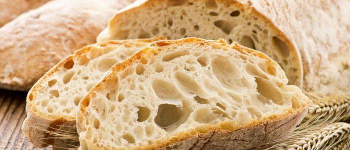 Pan blanco con miga, perfecto para bocadillos y salsas.