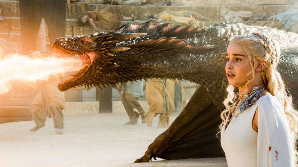 Daenerys junto a uno de sus dragones. Foto: D.R.