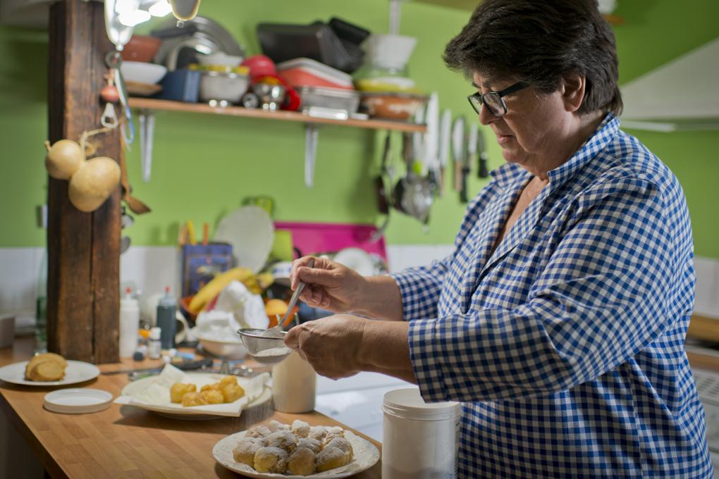Rosa Tovar nos prepara unos deliciosos buñuelos.