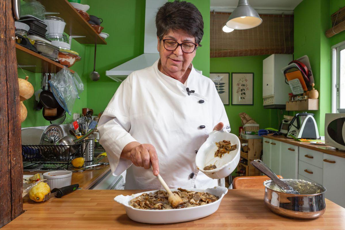 Rosa Tovar preparando un tamal de maíz relleno de setas.