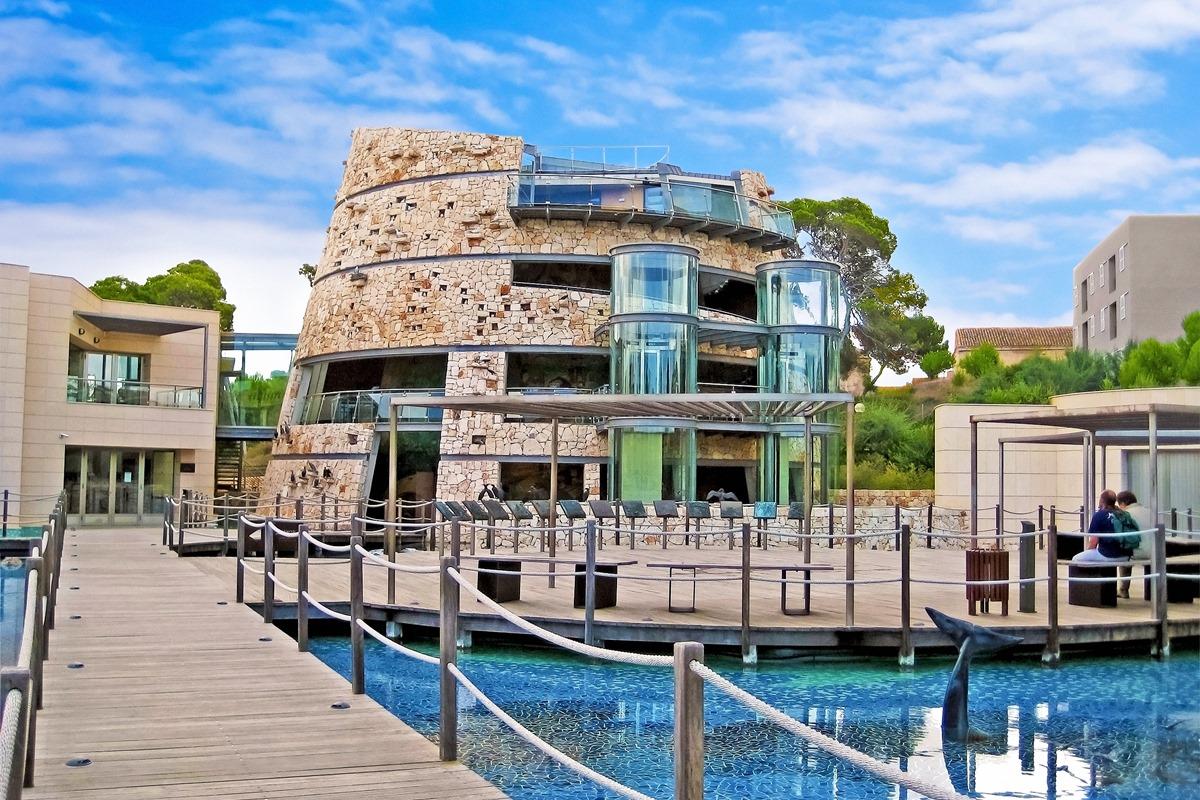 El edificio del Centro de Visitantes tiene forma de 'talaiot', torre típica de las Islas Baleares. Foto: Shutterstock.