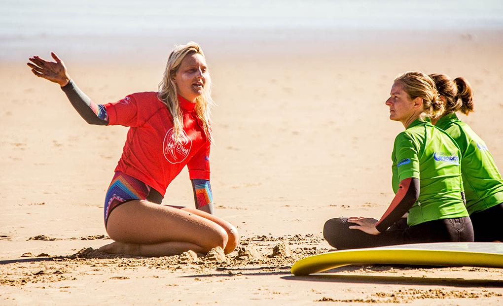 Esta instantánea de una clase en El Rosal demuestra que el surf cada vez atrae a más chicas. Foto: Buena Onda.