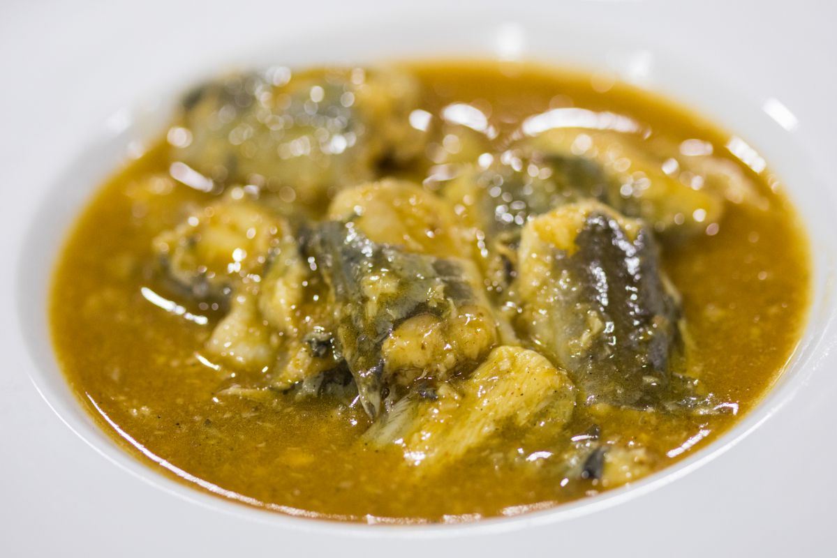 Un plato de All i pebre' de anguila, en el restaurante 'Casa Carmina', en El Saler (Parque Natural de La Albufera, Valencia).