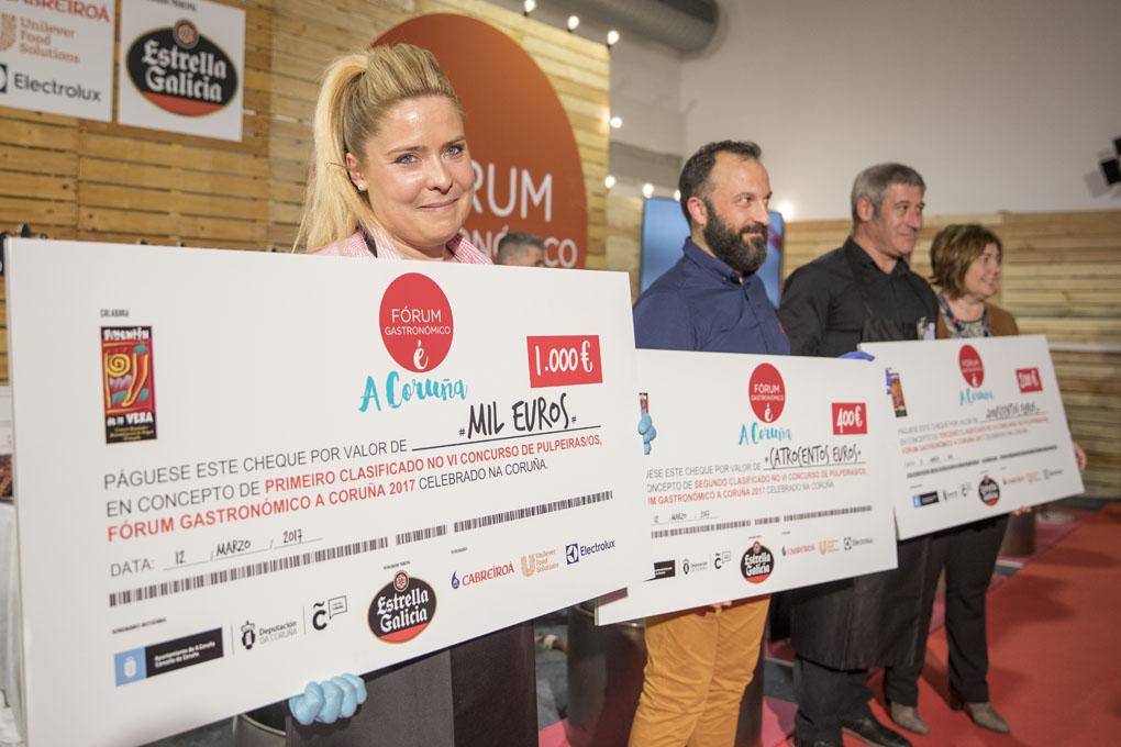 Los tres finalistas con sus respectivos premios