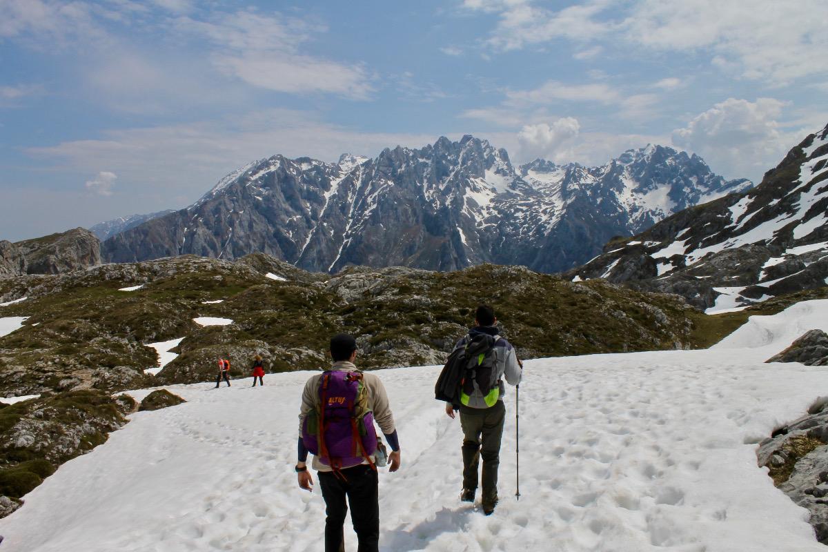 Trekking por Vega de Ario, donde aún queda algo de nieve.